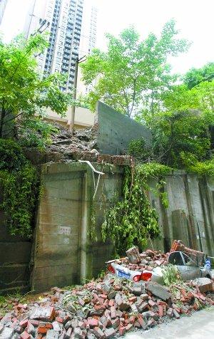 """区白马凼附近,垮塌的围墙将一辆丰田轿车砸成了""""敞篷车"""".高清图片"""