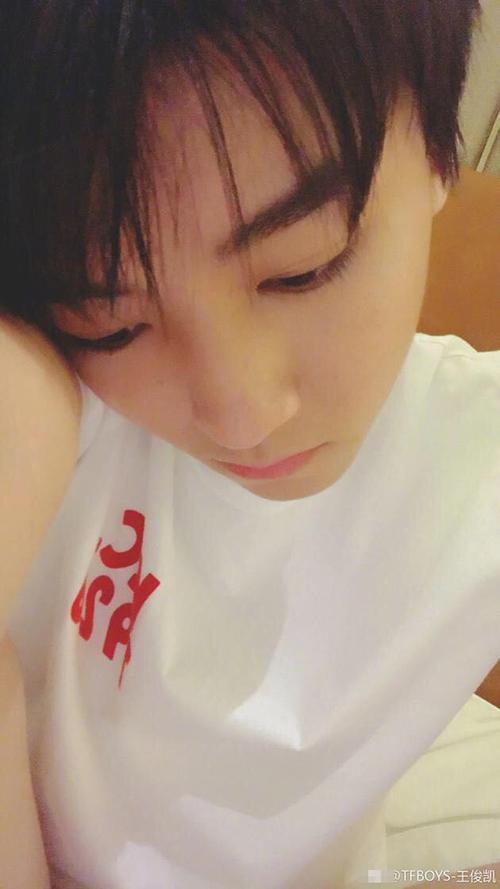 王俊凯晒小清新帅气自拍 睡前想吃小龙虾