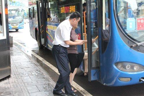 公交集团400名党员驾驶员街头服务乘客