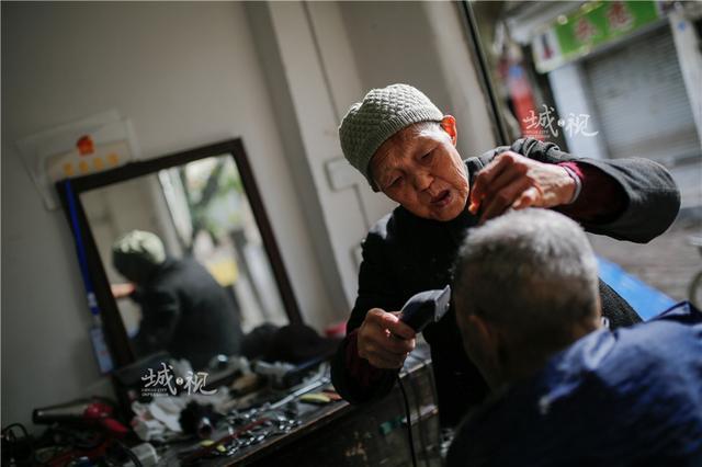 八旬理发师理发刮脸只收五元 客人百里来惠顾
