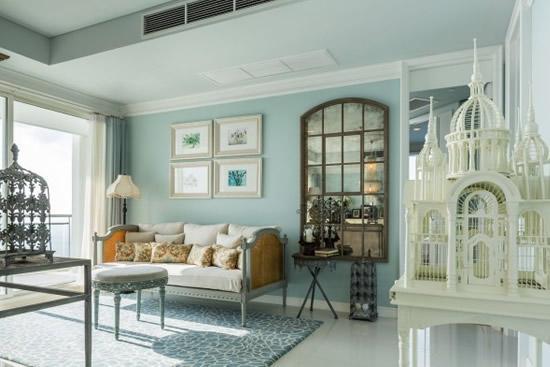 欧美风格的沙发十分百搭,一个欧式建筑模型摆设提升了空间质感.