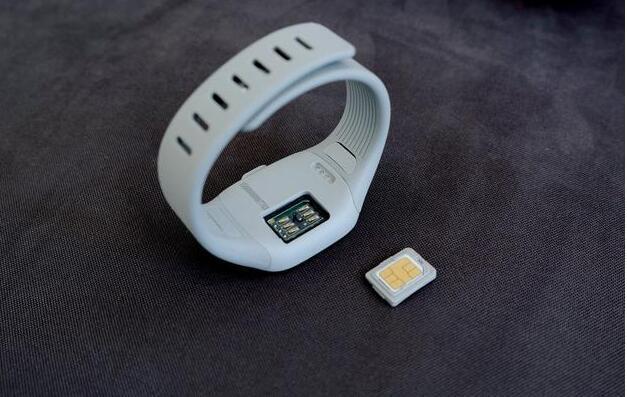 带上这个手环 iPhone 也能变身双卡双待