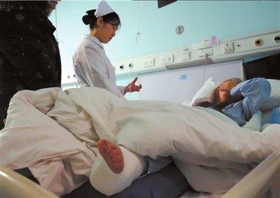 宁小姐左腿多处骨折 正在医院接受治疗