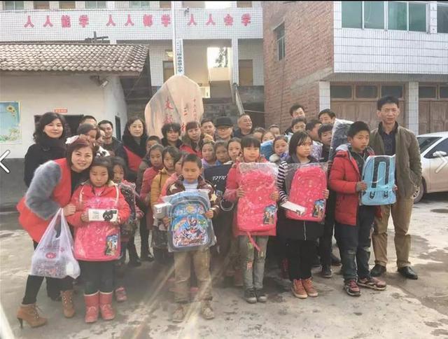石柱县慈善志愿者在三树村开展爱心服务