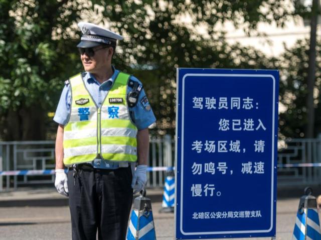"""中考期间 重庆交巡警开展机动车""""降噪""""整治行动"""