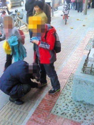 10岁男童校门口命令爷爷系鞋带 网友称很可怕图片