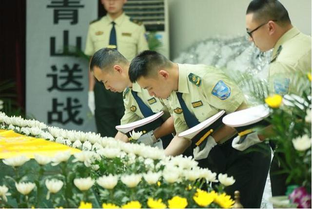 因公殉职的重庆交通执法队员冯垚遗体告别仪式昨日举行