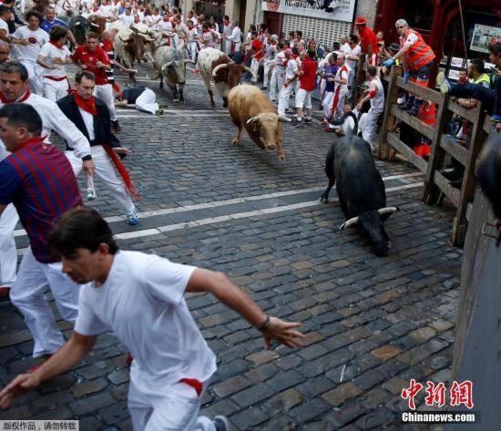 """资料图:当地时间7月7日,""""奔牛节""""在西班牙的潘普洛纳持续进行。"""