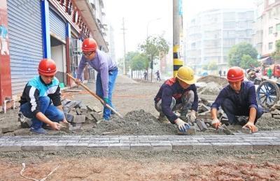 垫江高峰镇施工忙 人行地砖改造或年内完工