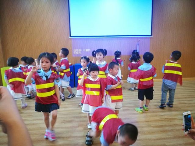 交通课堂进校园 数百幼儿和家长自制斑马甲过红绿灯
