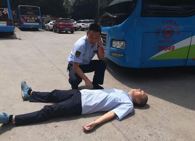 男子在公交车上突然晕倒 驾驶员紧急施救