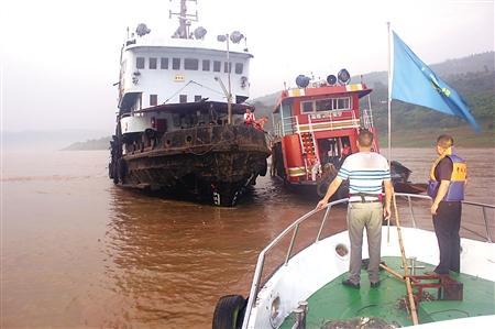 丰都突发山洪把客渡船冲入长江 海巡艇紧急救援