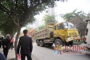 大货车侧翻压倒旁边小车 十几人一起搬石救人