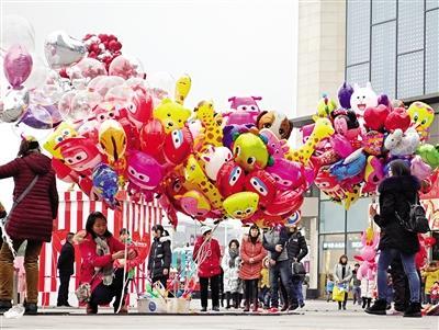 春节的万州街头 鲜花锦簇、格外喜庆和美丽