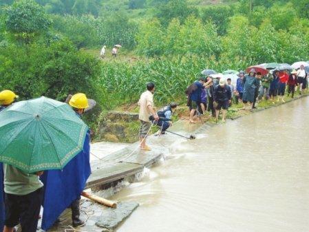 暴雨酿水库溃坝威胁 80余村民随时转移至高地