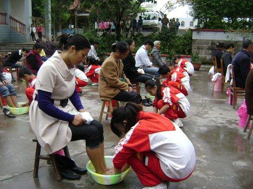 江津五中 百余学生为父母洗脚 父母感动流泪