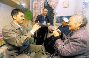 带手语翻译为聋哑人普查 问老外请双语普查员