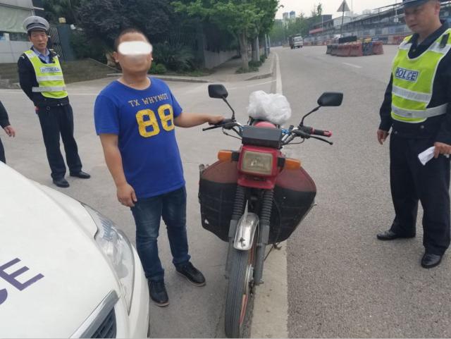 男子持C1证驾驶摩托车被查 遭记12分罚500元