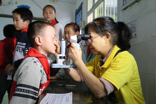爱尔彭水光明行:爱心物资和眼健康一起送到孩子们手中
