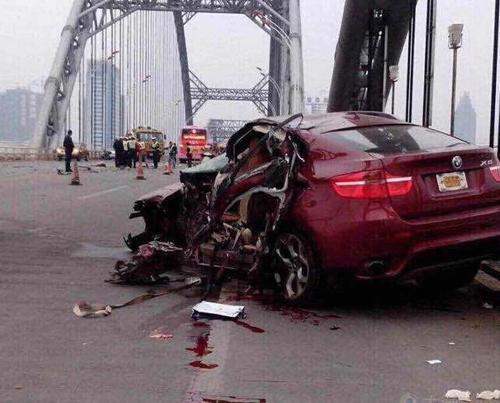 朝天门大桥豪车车祸网络热传 其实发生在江西