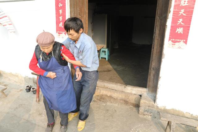 80岁老人与世隔绝20多年 只想看清小孙子的脸