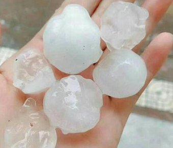 陕西突降特大冰雹 最大直径4厘米砸碎车窗