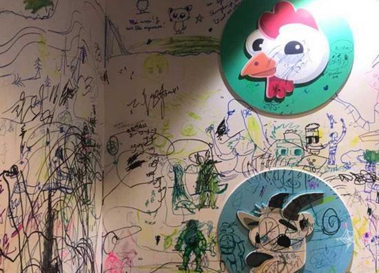 """孩子""""画出框"""":绘本展上整面墙被画满 柜子凳子桌子都遭殃"""