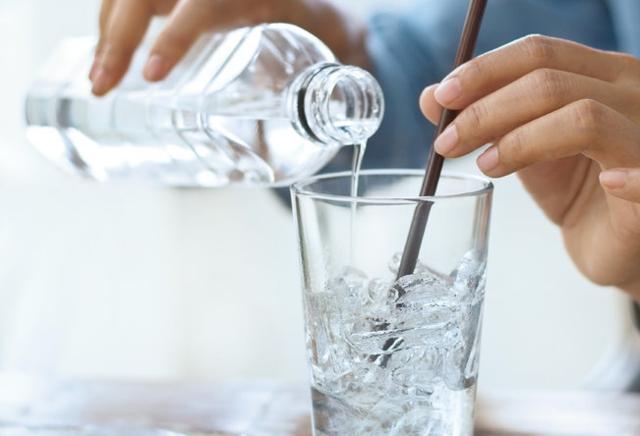 一天真的需要8杯水吗?什么样的水最健康?