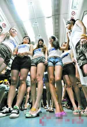 13美女地铁脱衣宣传环保
