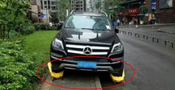 网友报料:奔驰停靠人行道被锁