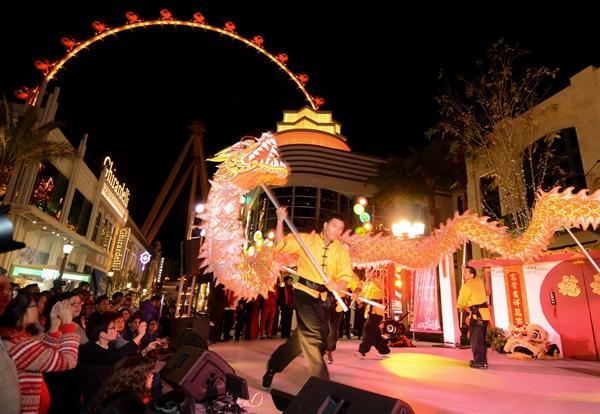 LINQ娱乐区中国春节庆祝舞龙舞狮表演