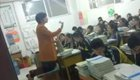 女老师为高三学生跪着讲课