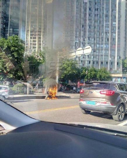 萬州城區一摩托車自燃被燒烤成骨架