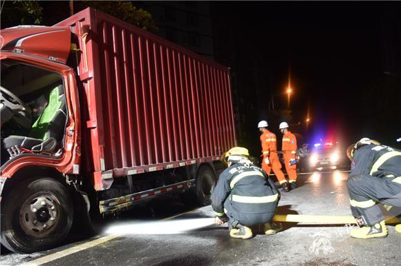 满载胶水撞上大家伙 厢式货车一男一女被困