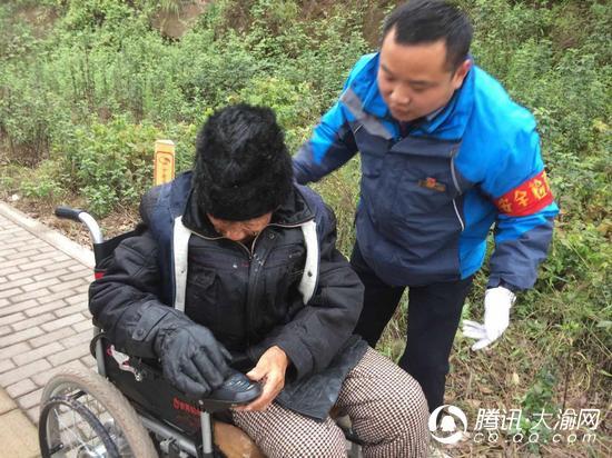 老人轮椅不慎翻倒路边 公交司机及时出手救助