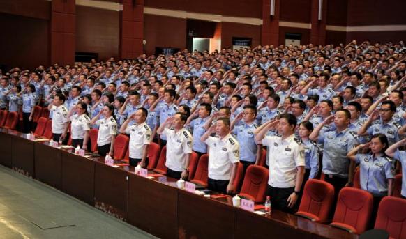 """英雄""""回家""""!杨雪峰先进事迹报告会走进重庆警察学院"""
