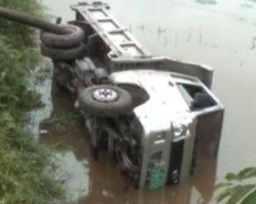 卡车落水司机溺亡
