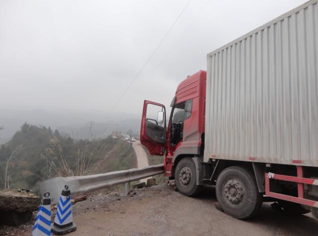 货车司机跟着导航上高速 一个意外险冲下山坡