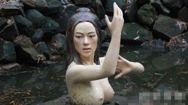 有美女裸身洗澡