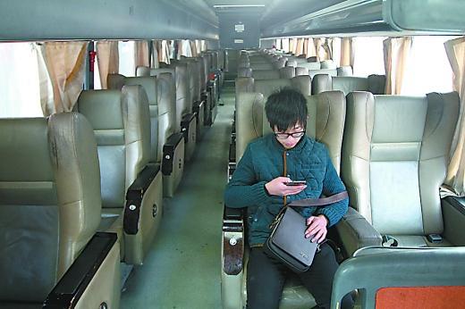 大幅降价昨日,菜园坝汽车站,成渝大巴内的一名乘客 目前 48辆大高清图片