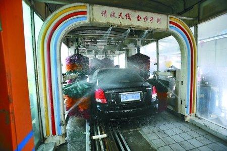 入城路口建洗车场 脏车进主城必须先洗脸