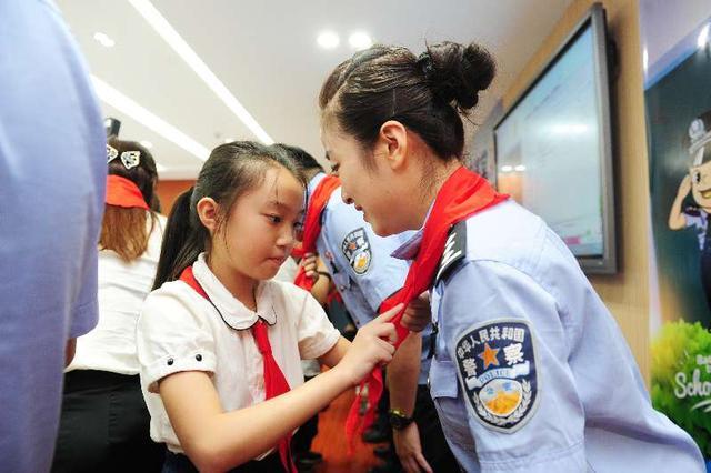 平安警察重庆蜀黍课堂为小学生上适合第一课喝的奶粉小学生开学图片