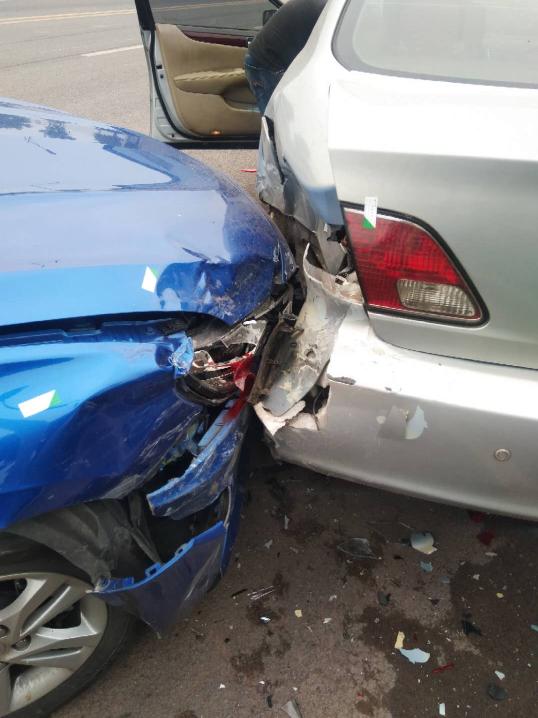 """情侣车内""""干仗""""酿车祸 女友气急举报男友无证驾驶"""