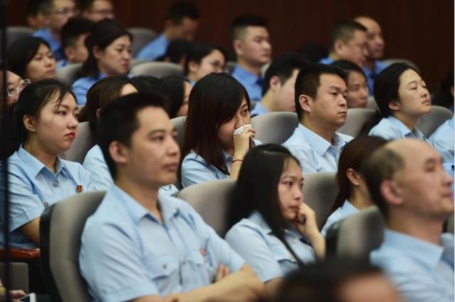 杨雪峰先进事迹报告会政法专场举行 近万人缅怀英雄