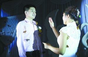 聋哑人的婚礼 他们用手语 说 要永远在一起
