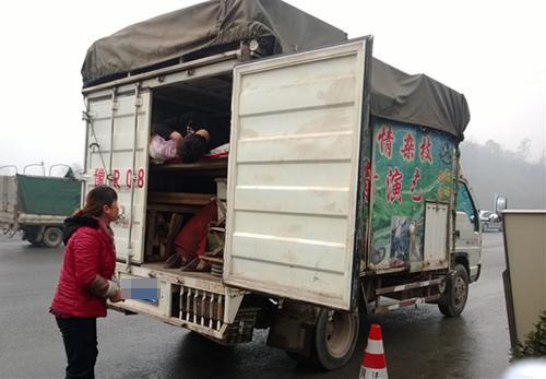 杂技团货箱载人上高速 开箱检查还在呼呼大睡