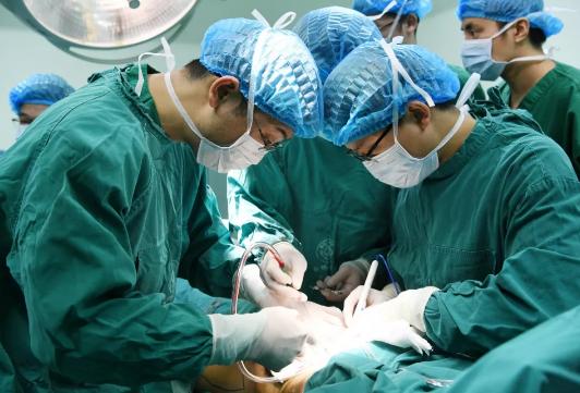 """15岁男孩切除腹部巨瘤留下""""大窟窿""""军医巧妙移植还原腹壁"""