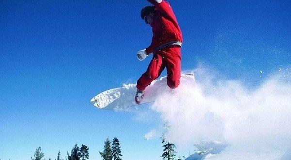 冬天群峰尽翠的梅花山化作火树银花变身滑雪场.
