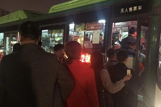 北站北广场迎来返程高峰 两江公交增派运力疏散乘客