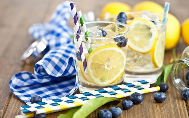 柠檬水中丰富的维生素C有助于免疫系统抗击感冒
